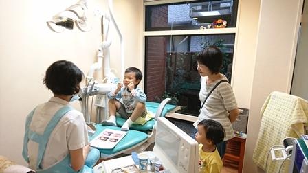 子供の歯科治療の様子