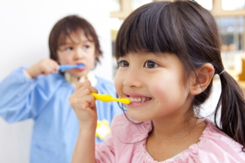 歯みがきをする子ども